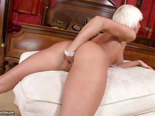 bright-haired has some time to handjob her pussy