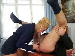 light-haired exposes her fuck box to be gangbanged