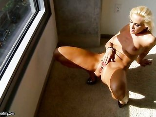 blond doxy Sandy has some time to rub her bush
